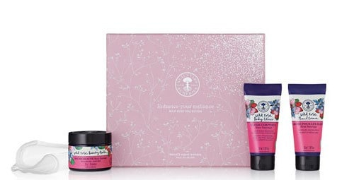 Wild Rose Gift Collection by Neal's Yard Remedies Check out this and more organic gifts in the post! #giftideas #organicskincare #organic #essentialoils